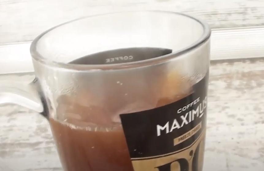 Для создания напитка порошок заливают кипятком
